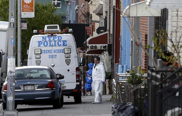 Polícia no local do tiroteio desta segunda-feira (11) no Brooklyn, em Nova York (Foto: Seth Wenig/AP)