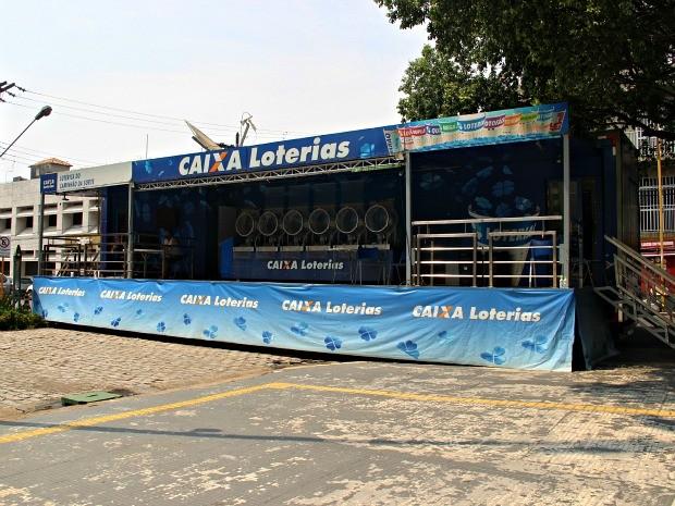 Caminhão da Sorte da Caixa está na Praça da Polícia, no Centro de Manaus (Foto: Suelen Gonçalves/G1 AM)