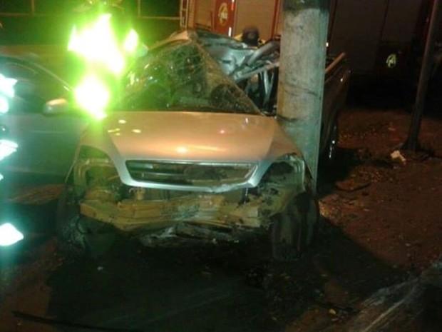Carro ficou completamente destruído ao bater em poste (Foto: Polícia Militar/Divulgação)
