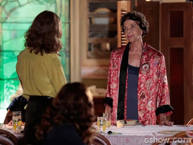 Wanda discorda das regras da supervisora (Foto: Em Família/TV Globo)