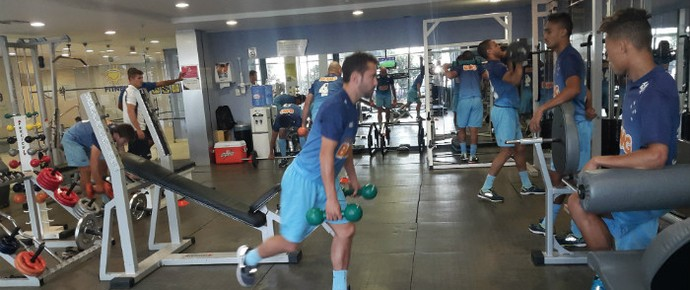 Jogadores do Cruzeiro trabalham na academia do hotel em Natal (Foto: Cruzeiro / Divulgaçao)