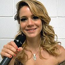 'Aprendi a tocar violão com a Rosário. Estou amando' (Cheias de Charme / TV Globo)