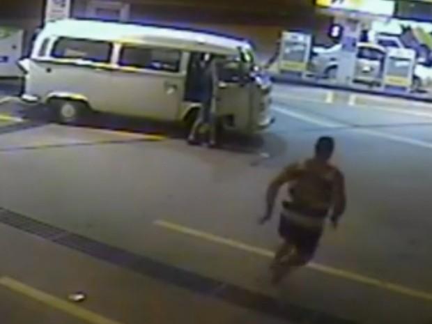 Homem corre em vídeo feito por câmera de segurança. (Foto: Reprodução/TV Globo)