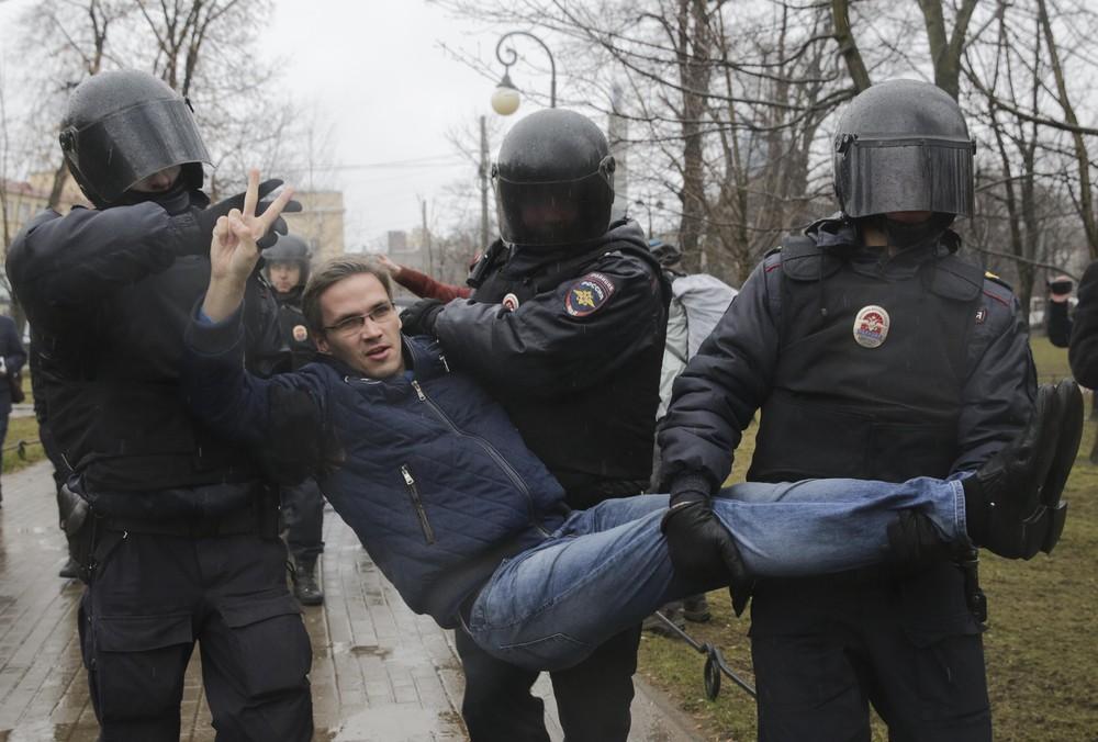 Polícia detém manifestante durante protesto em São Petersburgo contra possível novo mandato do presidente Vladimir Putin (Foto: Anton Vaganov/Reuters)