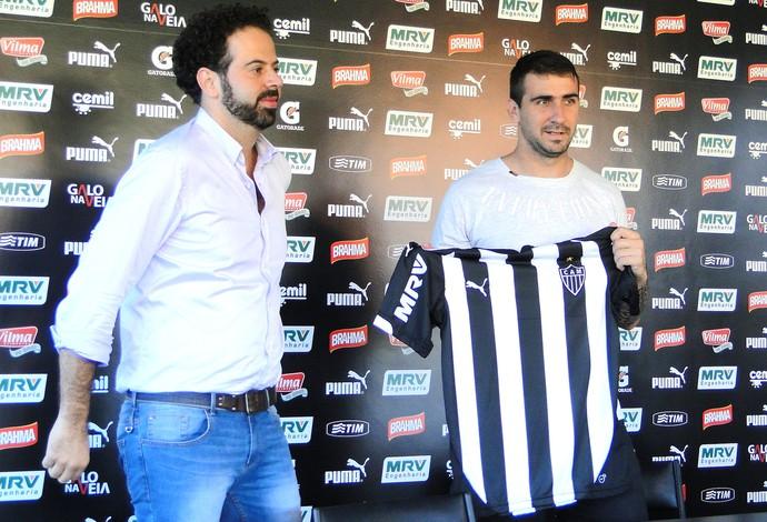 Nepomuceno apresenta Lucas Pratto no Atlético-MG (Foto: Fernando Martins Y Miguel)
