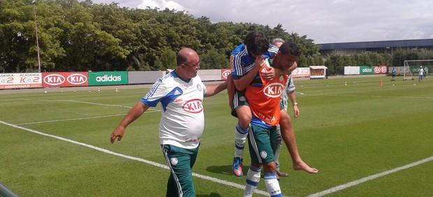 Valdivia deixa o treino carregado (Foto: Gustavo Serbonchini/Globoesporte.com)