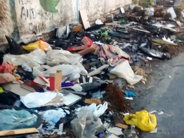 Lixo está se acumulando em calçada próxima à escola (Foto: Solange Nascimento/Arquivo Pessoal)