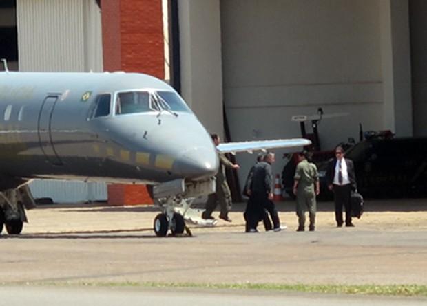 O ex-diretor da Petrobras Paulo Roberto Costa desembarca no hangar da PF em Brasília para depor no Congresso (Foto: Paulo Melo / G1)