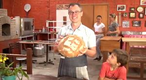 Rene e seu delicioso pão orgânico, feito com ingredientes paranaenses. (Foto: Reprodução/RPC)