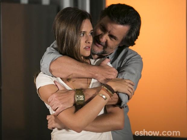 Lili tenta engolir Tereza (Foto: Felipe Monteiro/TV Globo)