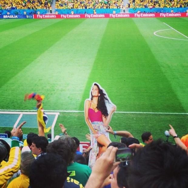 Fãs seguram cartaz de Bruna Marquezine no estádio (Foto: Instagram / Reprodução)