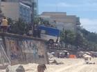 Van da PM fica pendurada no Arpoador, Rio, após manobra errada