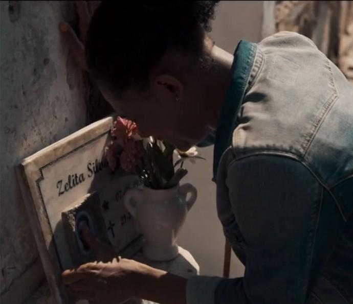 Rose visita túmulo da mãe (Foto: TV Globo)