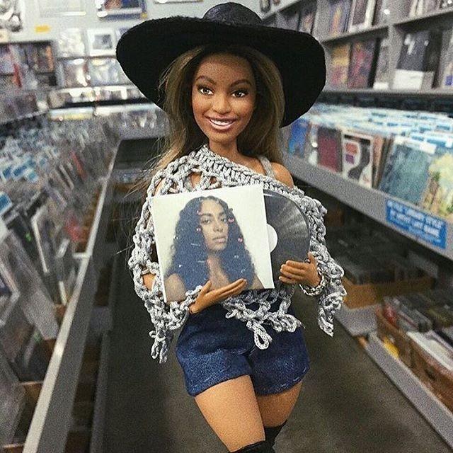 Boneca de Beyoncé segura Cd da irmã (Foto: Instagram / Reprodução)