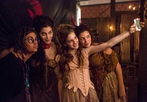 As atrizes posam para selfie com a maquiadora da equipe (Foto: Felipe Monteiro/Gshow)