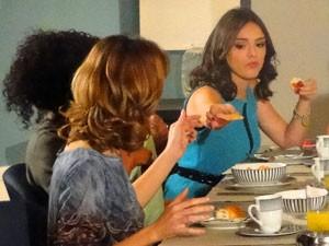 Cida e a vida de madame (Foto: Cheias de Charme / TV Globo)
