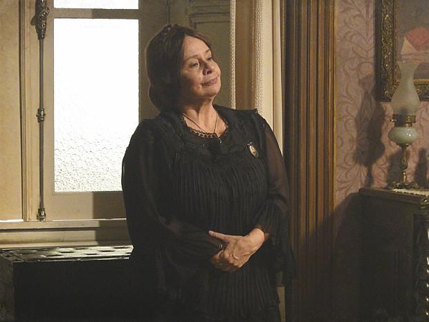 Eulália desconfia da visita da neta logo depois do casamento (Foto: Lado a Lado / TV Globo)