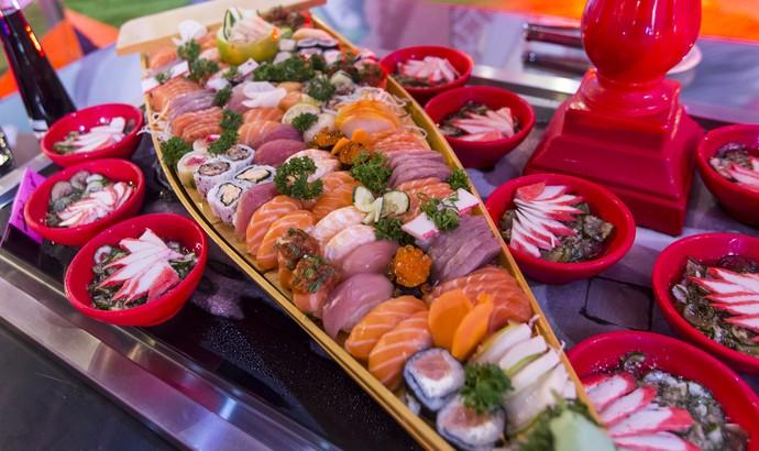 Barcos com peças de sushi e sashimi estão no cardápio da Festa Pop Japan (Foto: Artur Meninea/Gshow)