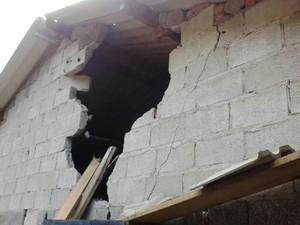 Pedra atingiu os fundos e invadiu a casa  (Foto: Márcia Moura dos Santos / Vanguarda Repórter)