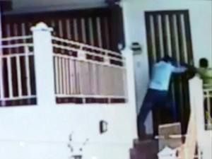 Deputado (de camisa azul) reagiu à tentativa de invasão e frustrou possível crime (Foto: Reprodução)