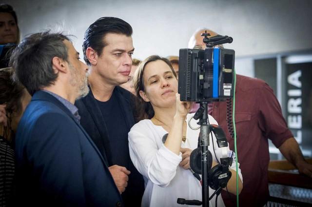 Fábio Assunção e Joelson Medeiros conferem as imagens de 'A fórmula', junto com a diretora Flavia Lacerda (Foto: Globo/João Miguel Jr.)