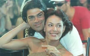 Fernando (Eduardo Moscovis) e Milena (Carolina Ferraz) vivem um romance