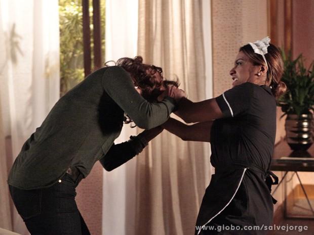 Lucimar parte para cima da vigarista (Foto: Salve Jorge / TV Globo)