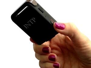Botão do Pânico é parecido com um celular e funciona com um sensor de GPS (Foto: INTP/Divulgação)