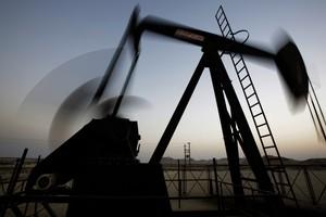 Bomba retira petróleo do solo de Sakhir, no Barein. (Foto: Hasan Jamali/AP)