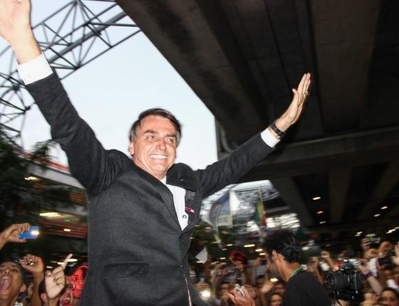 O deputado federal Jair Bolsonaro (PP-RJ) desembarcou no fim da tarde de quarta-feira (5) no aeroporto internacional do Recife. Bolsonaro foi recebido com festa por centenas de simpatizantes (Foto: Anderson Nascimento / FramePhoto / Agência O Globo)