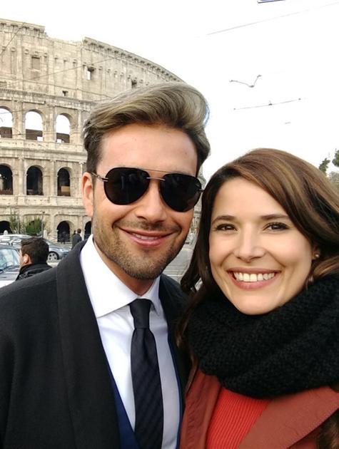 Sérgio Marone e Manuela do Monte se preparam para gravar 'O Apocalipse' atrás do Coliseu, em Roma  (Foto: Arquivo pessoal)