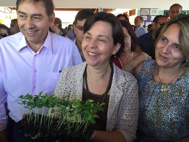 Ministra Tereza Campello recebe planta crotalária durante visita a escola em MS (Foto: Gabriela Pavão/G1 MS)