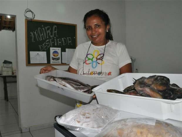 Maria de Fátima Barbosa reuniu as mulheres da comunidade, no Cariri da Paraíba, para beneficiar o peixe que era rejeitado no mercado local (Foto: Aline Oliveira / G1-PB)