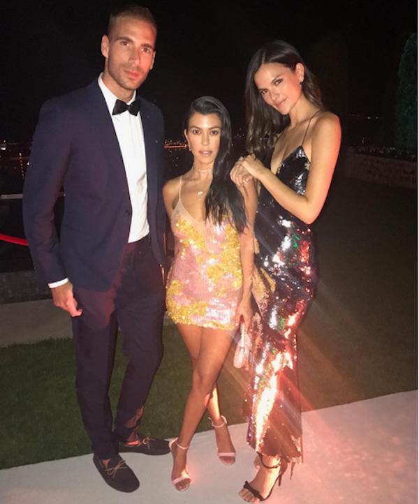A celebridade Kourtney Kardashian em meio a amigos durante festa em Cannes (Foto: Instagram)