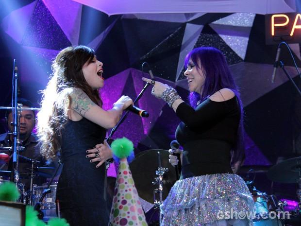 Pitty e Baby do Brasil cantam a música 'A menina dança' no Altas Horas (Foto: TV Globo/Altas Horas)