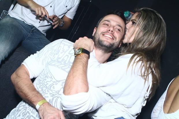 Anamara dá beijo carinhoso no empresário William Torres durante noitada em boate (Foto: Raphael Mesquita/Divulgação)