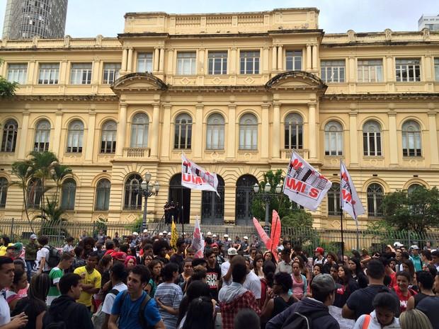 Protesto em frente à Secretaria da Educação, na Praça da República (Foto: Will Soares/ G1)