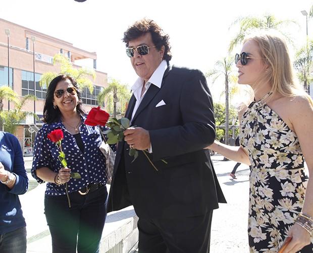 Ao lado de Angélica, Magal distriubui rosas (Foto: Raphael Dias / TV Globo)