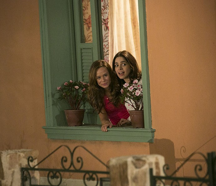 Tancinha e Shirlei espiam Francesca pela janela (Foto: Raphael Dias/Gshow)