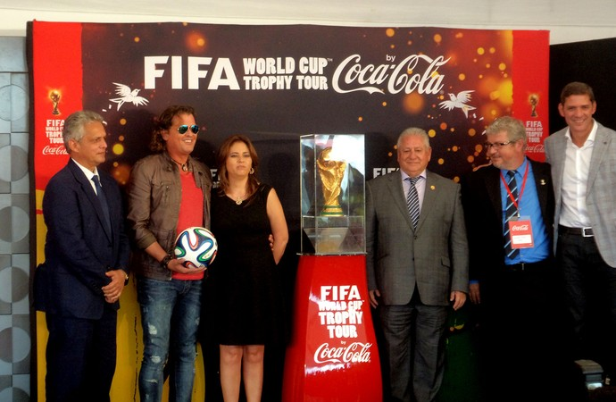 Tour da taça - equador - técnico do Equador Reinaldo Rueda (à esquerda) e cantor Carlos Vives, com a bola da Copa nas m]aos, posam para foto com a Taça e autoridades  (Foto: Cassius Leitão)