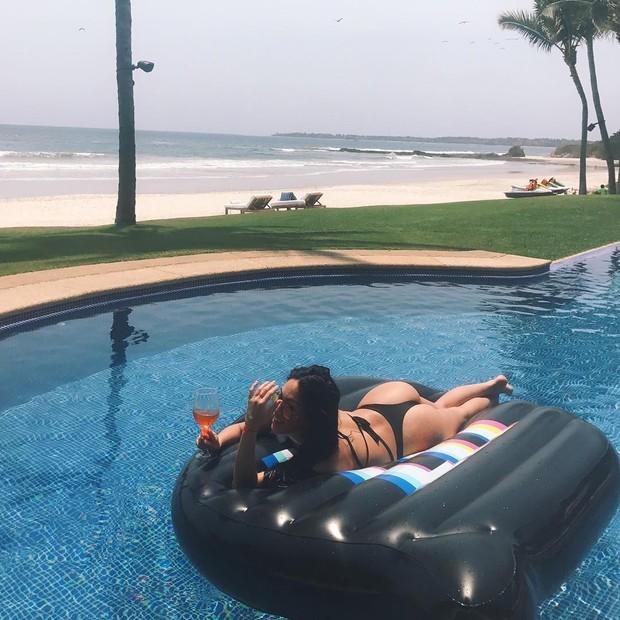 Stephanie Shepherd se exibe na piscina (Foto: Reprodução/Instagram)