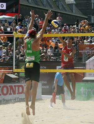 Alison e Bruno Schmidt na semifinal contra dupla americana na semifinal do Mundial em Haiaha na Holanda (Foto: Divulgação/FIVB)