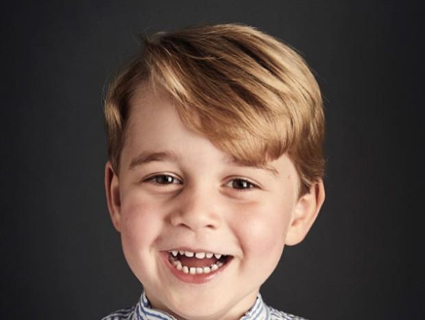 Príncipe George em foto oficial pelos seus 4 anos de idade (Foto: Reprodução/Instagram)