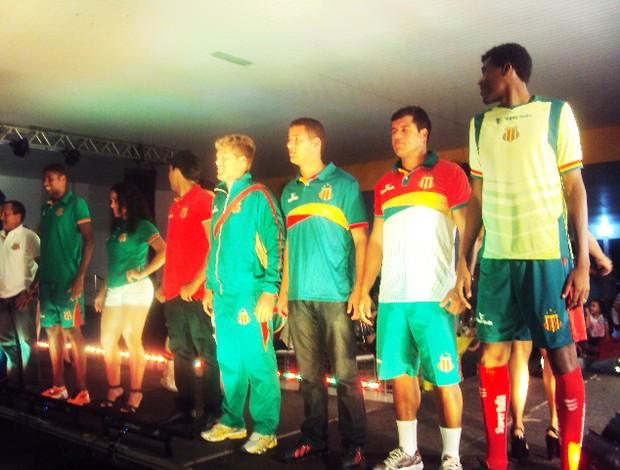 Jogadores, dirigentes e comissão técnica apresentam linha de unifrome 2013 (Foto: Afonso Diniz/Globoesporte.com)