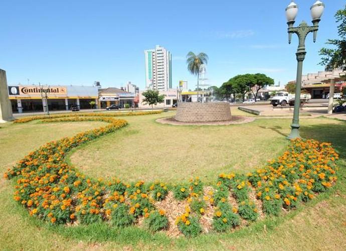 Praça Miguel Rossafa é o local onde os amigos se encontram (Foto: Reprodução/ Plug)