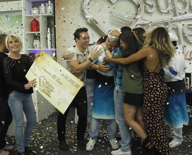 André Marques se emociona ao receber o prêmio (Foto: Raphael Dias/TV Globo)
