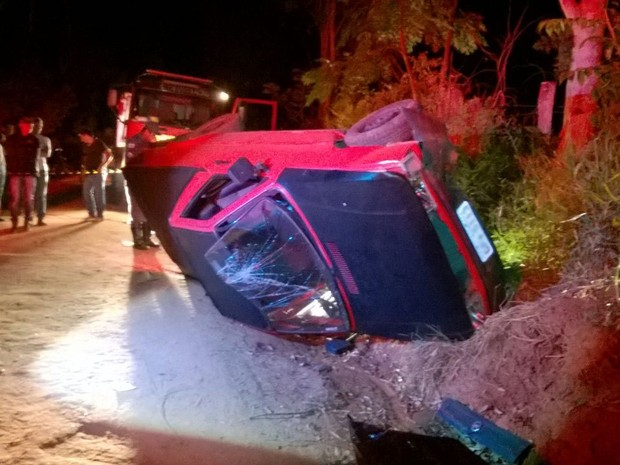Homem morreu após carro capotar entre Elói Mendes e Cordislândia (Foto: Corpo de Bombeiros)