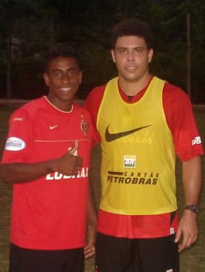 O atacante Vinícius Paquetá ao lado de Ronaldo (Foto: Arquivo Pessoal)