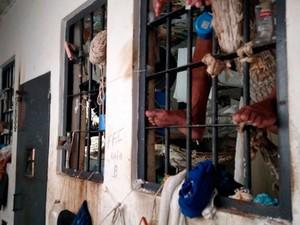 Defensoria diz que presos estão empilhados e que se revezam para dormir (Foto: Divulgação/DPE)