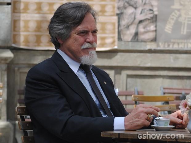 Suíço fica confuso com coisas que vilão lhe disse (Foto: Joia Rara/TV Globo)